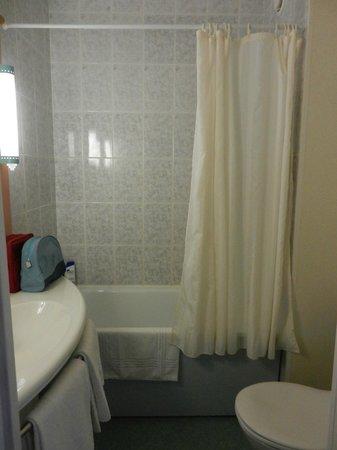 Ibis Beziers Est Mediterranee : La salle de bain, prise en photo comme j'ai pu vu la taille...