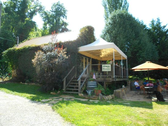 Calaboose Cellars : The Winery and patio
