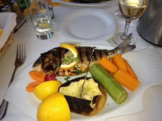 Blue Sea Restaurant: orata alla griglia con patata e verdure lessate