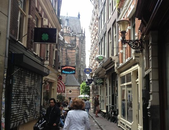 Best Western Dam Square Inn : Here is the view down the street to the hotel. In the background, the Niewe Kerk church.
