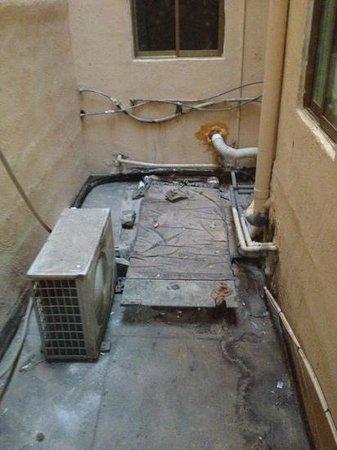 Gorgianis Hotel: finestra della camera non si puo aprire per via dell'aria calda delle ventole e della puzza di f