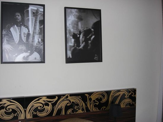 Hotel Aplaus : Pictures on the wall above the bed.....