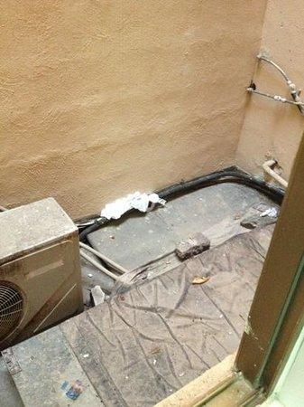 Gorgianis Hotel: la finestra del bagno non si puó aprire per via dell'aria calda delle ventole e della puzza di f