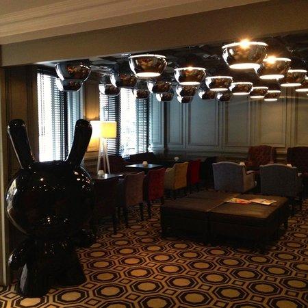 Le Cinq Hotel : The lobby/bar area