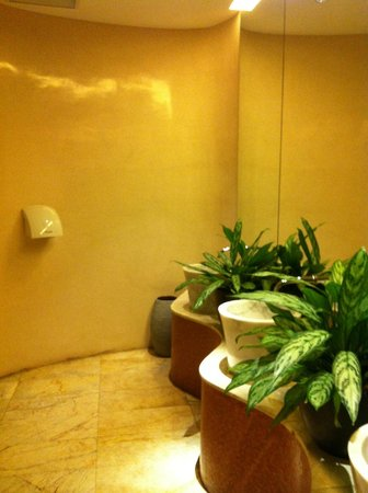 LiT BANGKOK Hotel: toilettes vue 2 RDC