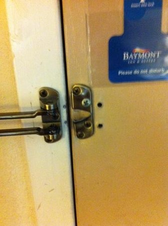 Quality Inn & Suites: Broken door in the first room