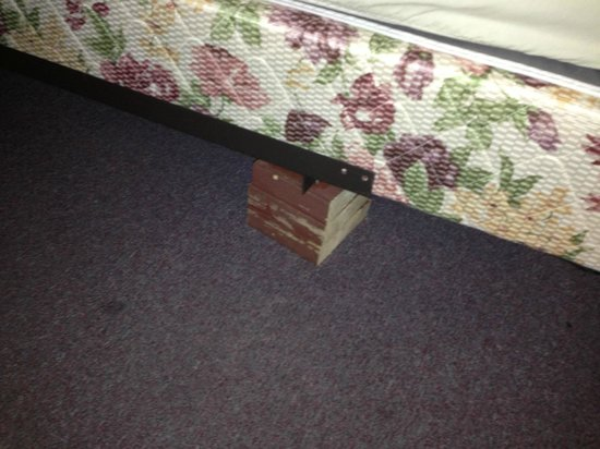 Boulders Resort: Bed leg replaced by a piece of wood.