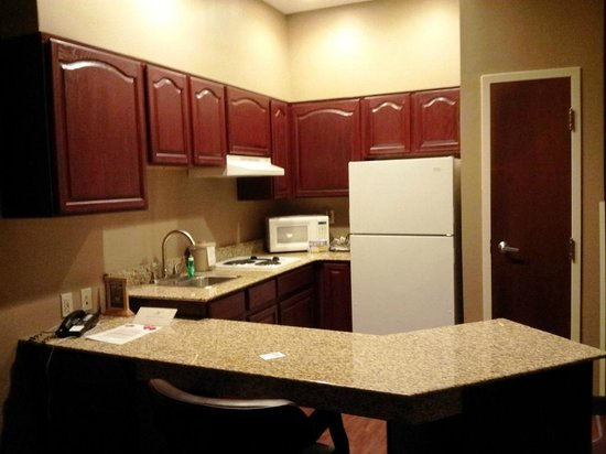BEST WESTERN PLUS Hannaford Inn & Suites: Kitchen