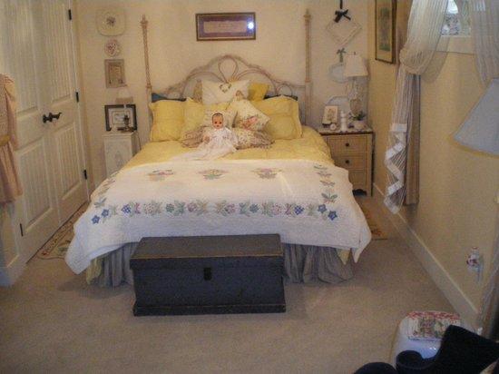 Turtle Mountain Inn: bedroom-queen