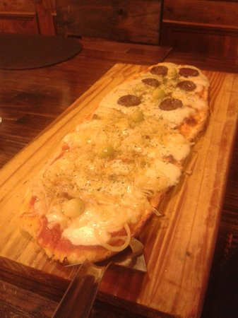 IL CAPO: Pizza de Fugazzeta y Calabresa