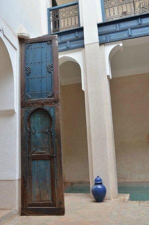 Hotel & Spa Riad Dar Sara: Zicht op een deur van één van de kamers, het zwembad en de galerij