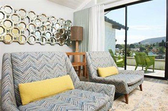 Lakehouse Hotel & Resort: Cottage living room
