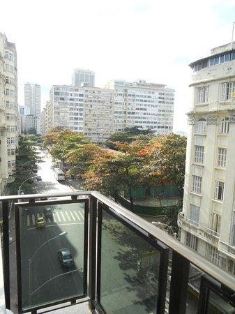 Praia Lido Hotel: Vista da sacada do quarto do 5º andar de frente para a Av Nossa Senhora de Copacabana