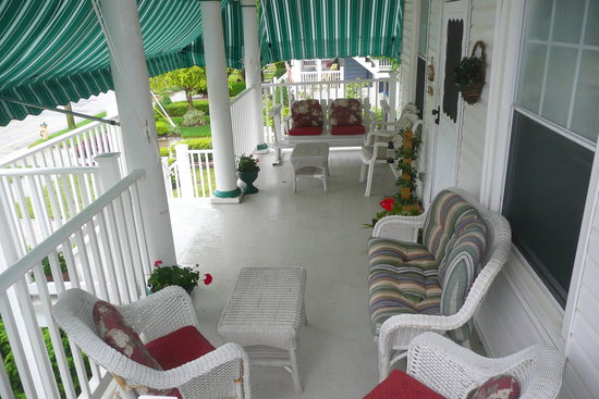 Inn The Gardens B&B: Breezy porch for everyone to enjoy