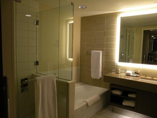 Fairmont Pittsburgh: Spacious - shower/tub separate