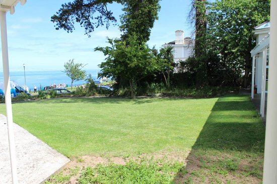 Oddicombe Hall Hotel: Garden with a view of the sea