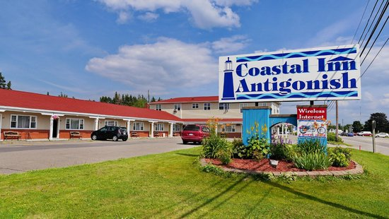 Coastal Inn Antigonish: Front of the hotel from the highway