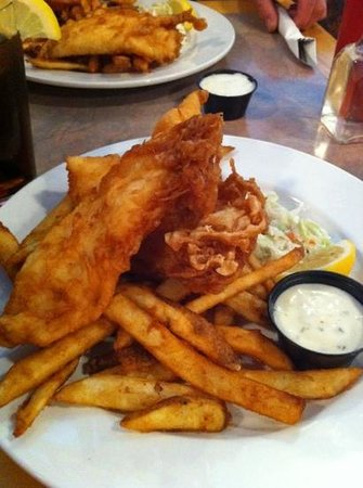 Three Lions Pub: Halibut and chips here are fabulous!!!!!  so glad we stopped...