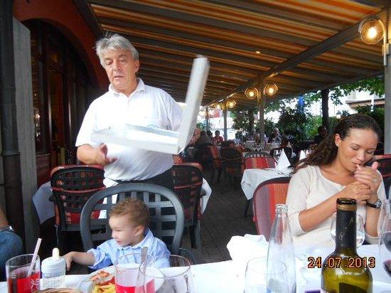 Ristorante & Pizzeria Schmitte da Nino: Personal service by Amos.