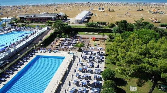 Hotel Palace: Pool und Liegewiese