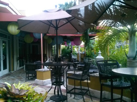 Embassy Suites by Hilton Fort Lauderdale 17th Street: outdoor seating