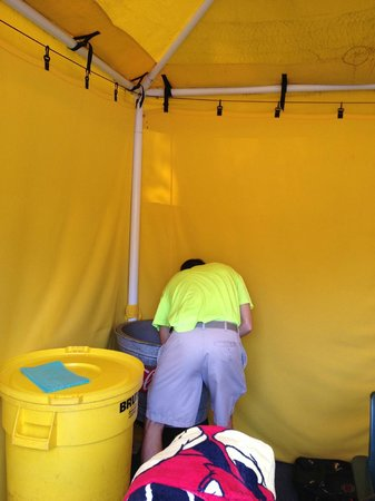 Marietta, Géorgie : The teen cleaning the dead insects from our ice bin