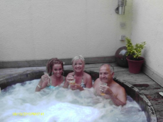 The Bridge Hotel and Spa: the outdoor hot tub