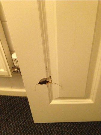 Gables Hotel: hole in door