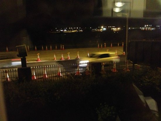 Gables Hotel: noisy traffic and airport!!