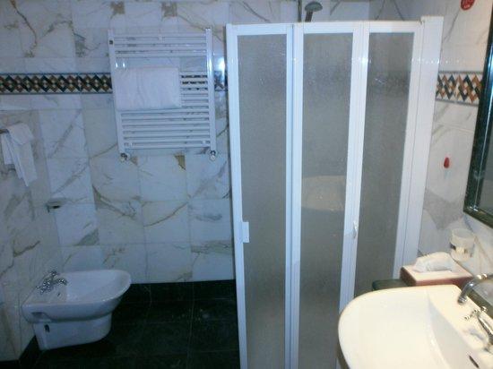Hotel Genova: Baño