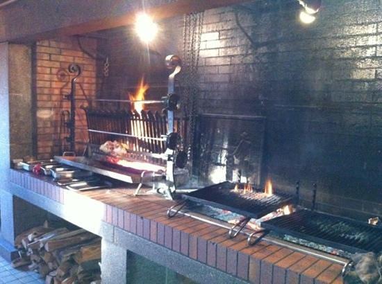 Le Clos Rubier : La cheminée dans la salle
