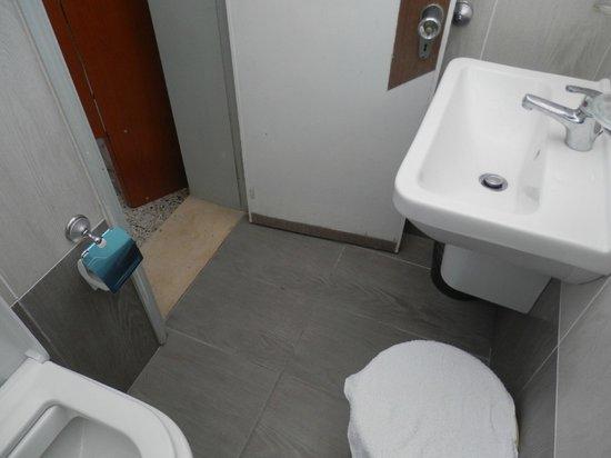 Hotel Hollywood Riccione: bagno piccolissimo
