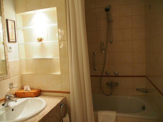 Mamaison Residence Izabella Budapest : Salle de bain n°1