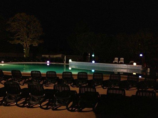 La Garangeoire : Pool area at night
