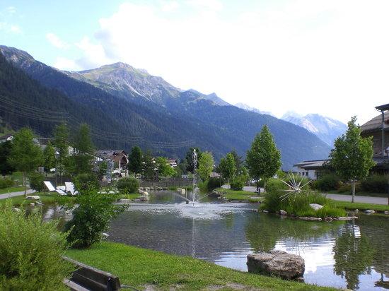 Skihotel Galzig: der Grünstreifen vor dem Hotel