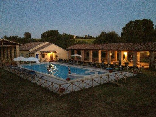 Agriturismo Il Mulino del Vescovo : splendida vista della piscina al tramonto !