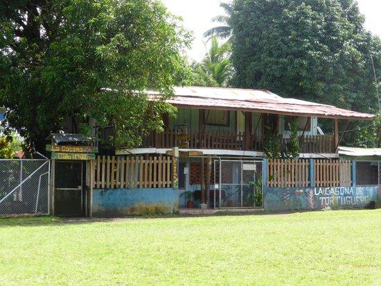 La Casona : Voorkant van het hostel