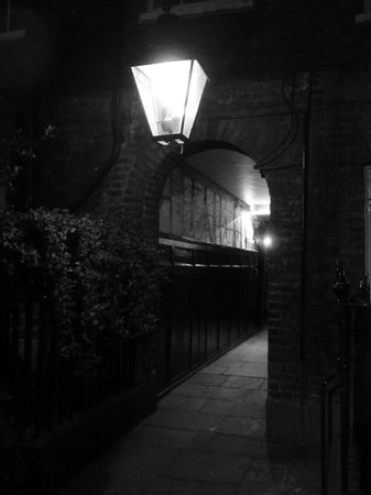 London Discovery Tours With Richard Jones: Alleyway leading to a ghostly story...