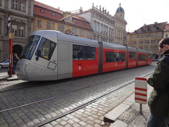 Hotel u Schnellu: trem urbano na praça em frente