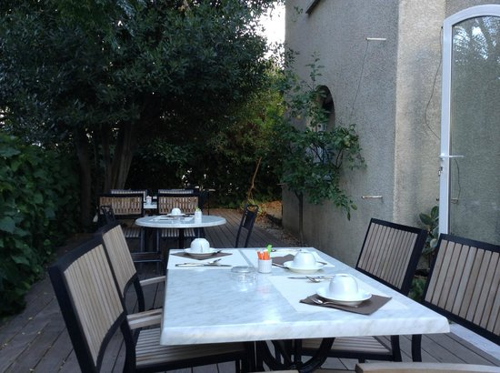 Hotel Ulysse Montpellier Centre: Breakfast on the patio