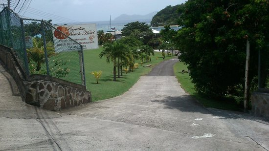 Paradise Beach Hotel: Entrance to hotel, on view off islands on the horizon