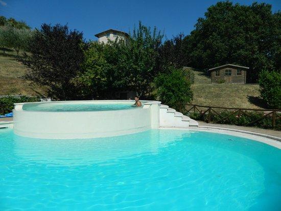 Agriturismo Val di Boccio : La piscina con idromassaggio
