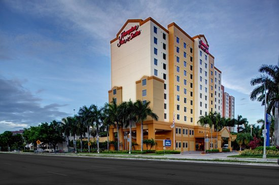 Hampton Inn & Suites by Hilton - Miami Airport / Blue Lagoon: Hotel Exterior Day