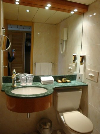 Crowne Plaza Geneva: Bathroom