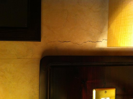 Holiday Villa Hotel and Suites London: Wall 1