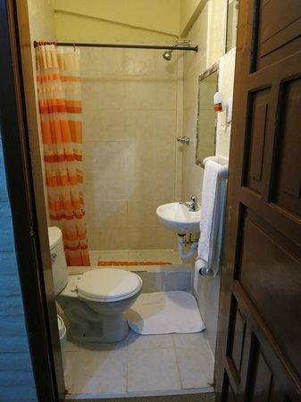 Hosteria San Carlos Tababela: Smelly Bathroom