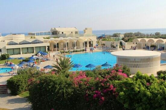 Κουτσουνάρι, Ελλάδα: Вид на центральный бассейн и рестораны с барами.
