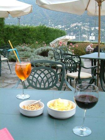 Regina Olga Hotel: Refreshments in garden