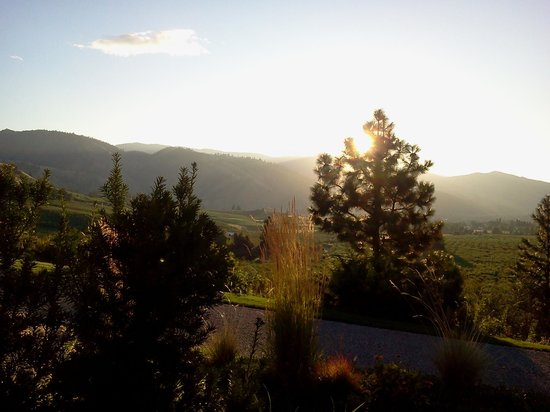 Cascade Valley Inn : Sunrise over Cashmere Wa.