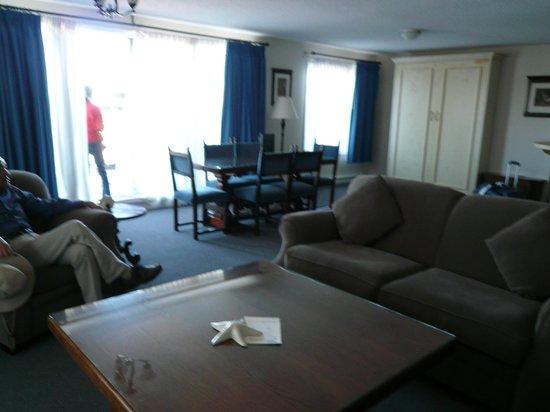 هيرونز لاندينج هوتل: spacious living room